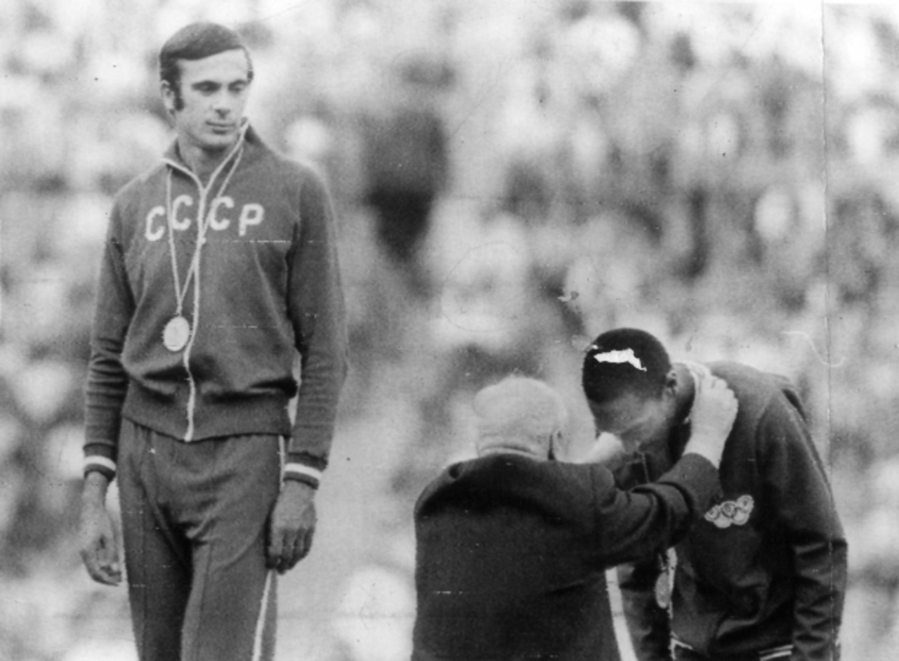 3443e532256e3 10. Nelson Prudêncio recebendo sua medalha de bronze no Salto Triplo.
