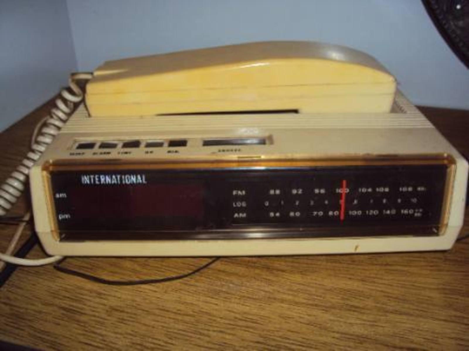 Rádio Relógio International com telefone - Muzeez