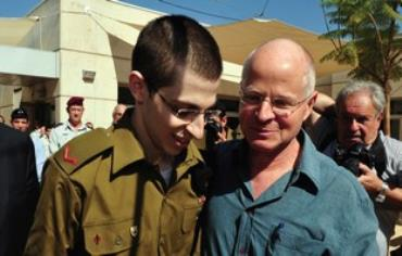 Gilad and Noam Schalit reuniting Photo: Reuters)