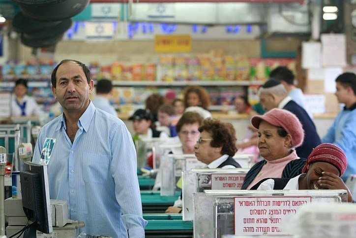 Rami Levy in one of his supermarkets. (Photo Credit: Kobi Gideon / FLASH90)