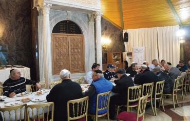 Turkish Jews eating breakfast in an Istanbul synagogue Photo: SAM SOKOL