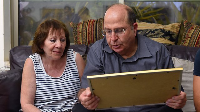 Ya'alon with Oron Shaul's mother (Photo: Ariel Hermoni, Defense Ministry)