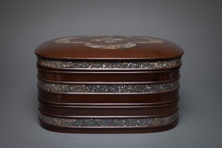 Beautiful Soft Shaped Lacquer Bento (Box) with Strong Mother-of-Pearl Design