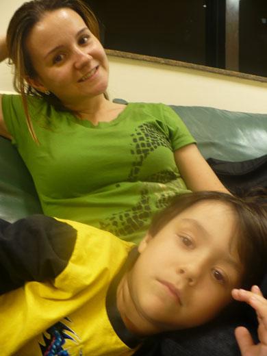Bete e Guga na sala de espera antes de irmos embora