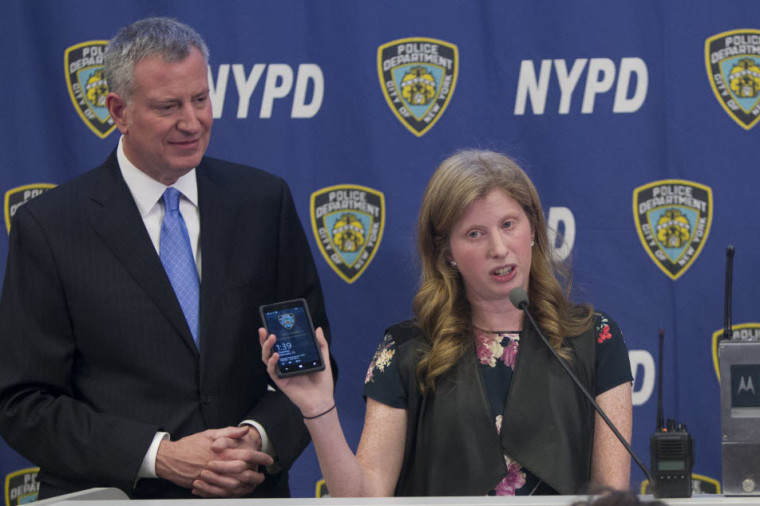 Jessica Tisch, Deputy IT Commissioner for the NYPD standing with Mayor Bill de Blasio. (via NY Post)