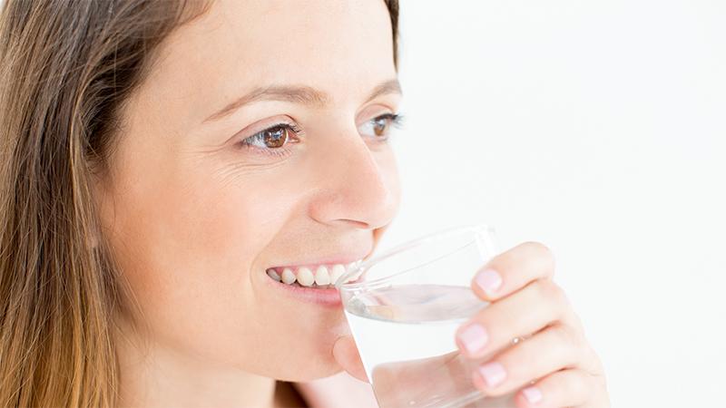 beber agua ajuda contra a flacidez