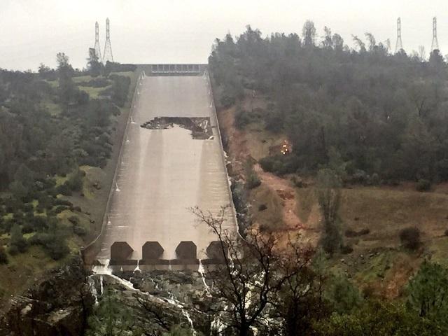 Foto 1 – Vista dos danos no canal extravasor da Barragem Oroville (Fonte: https://wattsupwiththat.com)