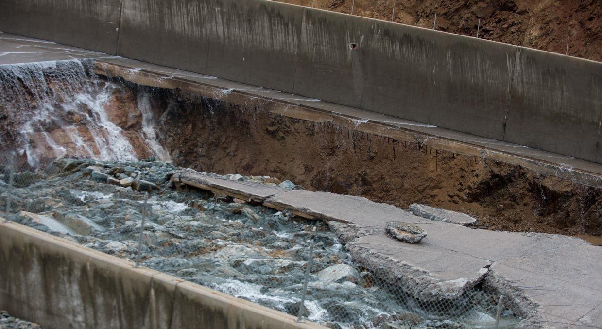 Foto 2 – Vista dos danos no canal extravasor da Barragem Oroville (Fonte: https://wattsupwiththat.com)