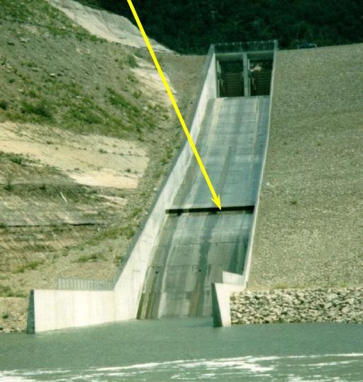 Foto 3 – Estrutura de aeração (air ramp) no extravasor da Barragem McPhee, localizada no Colorado - EUA (Fonte: BUREAU OF RECLAMATION)