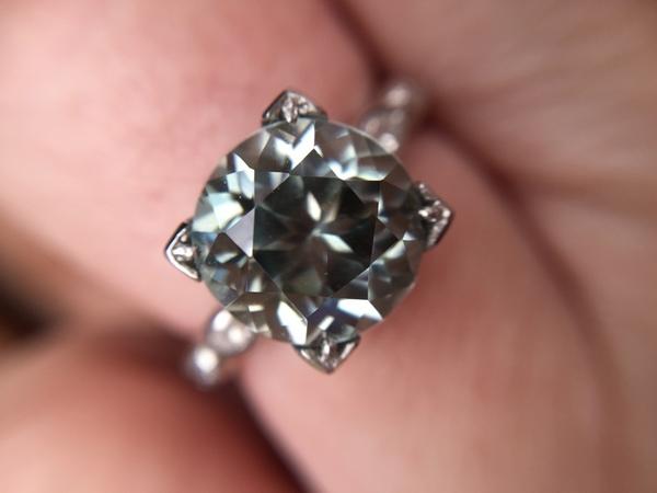 Circón gris en anillo de platino
