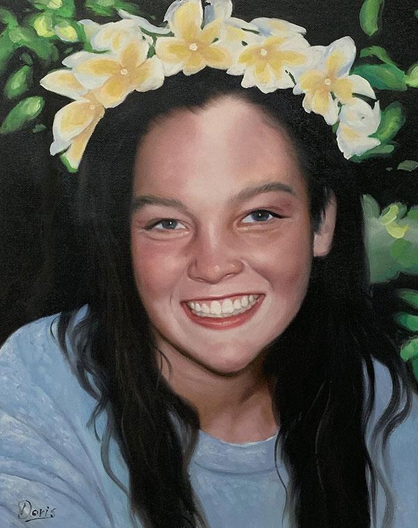 Foto einer jungen Frau gemalt mit Blumen im Haar