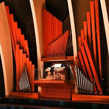 organist at large pipe organ, Caroline Robinson