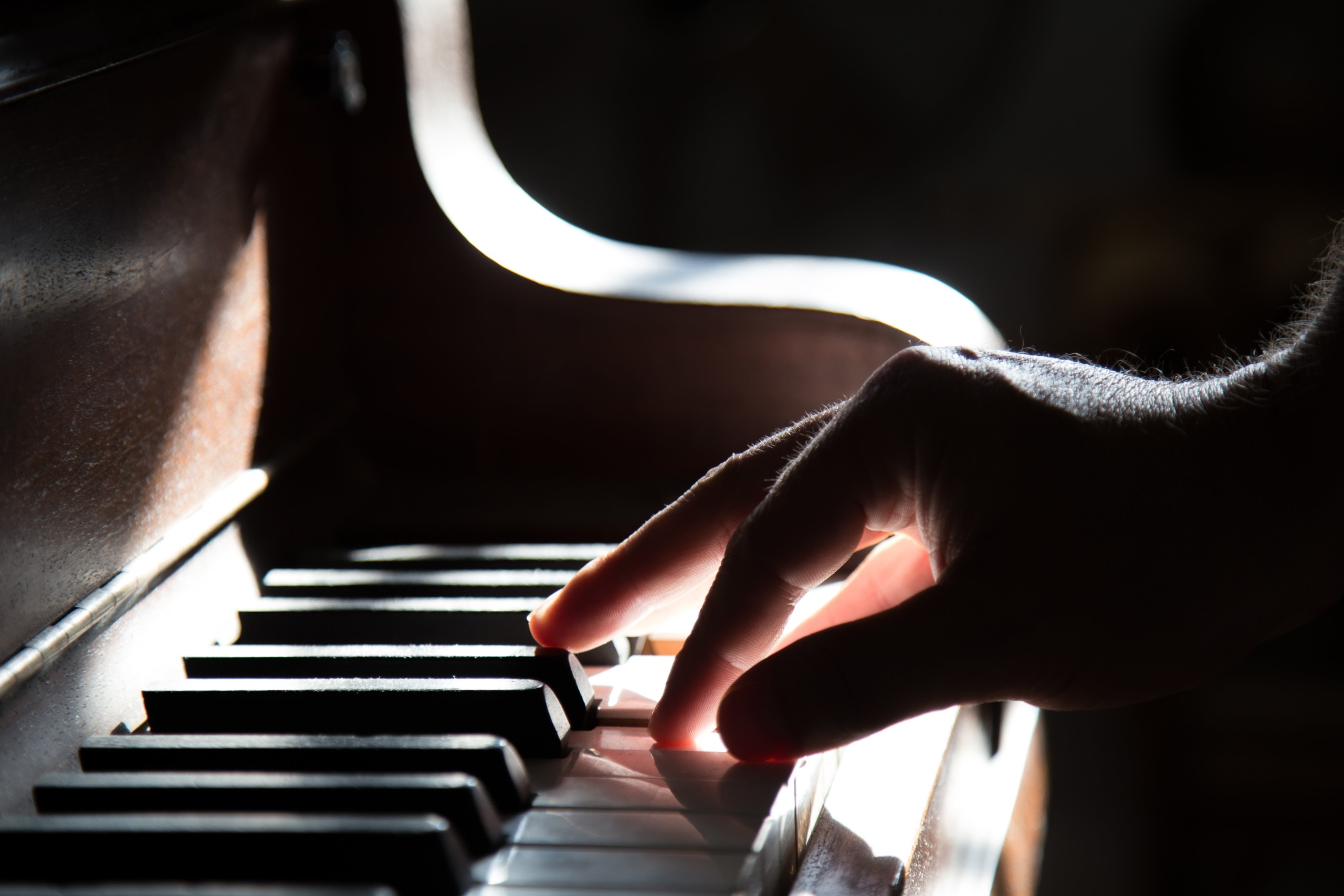 Hand playing the piano as a form as music therapy.