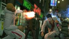 Fighting a mob of enemies in Yakuza Kiwami