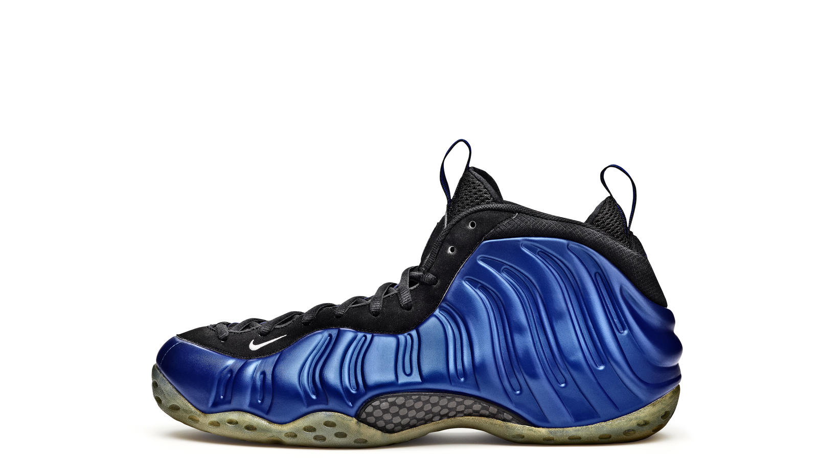 A detailed look at the WMNS Nike Air Foamposite One Chrome