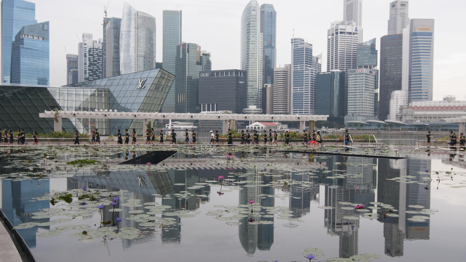 Nike_We_Run_SG_runners_running_along_the_Marina_Bay_Promenade_Boardwalk_with_the_Singapore_Skyline_in_the_background