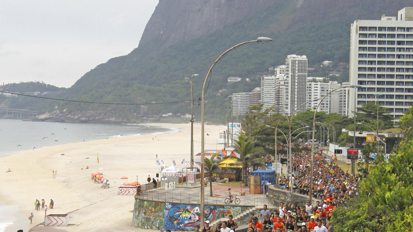 We_Run_Rio_10K_--_Runners_by_the_coast