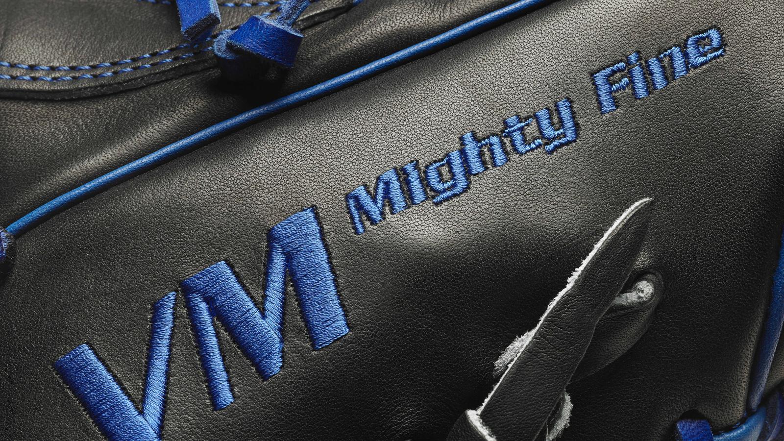 blue_glove_stitch_detail
