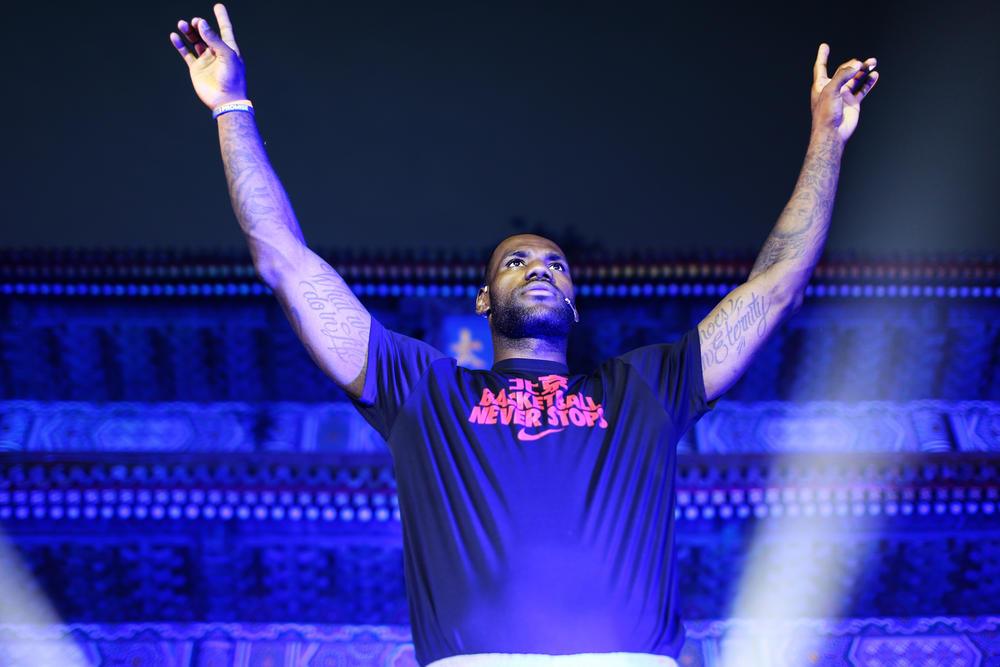 勒布朗·詹姆斯携手耐克开启2013篮球之旅,运动闹钟号令全城