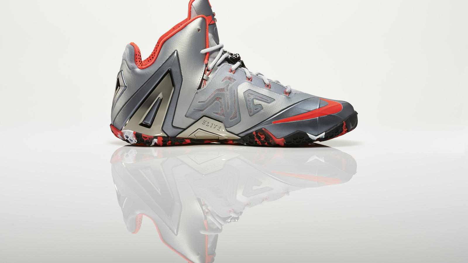 su14_bb_lebron11_elite_642846_001_return_medial_0271