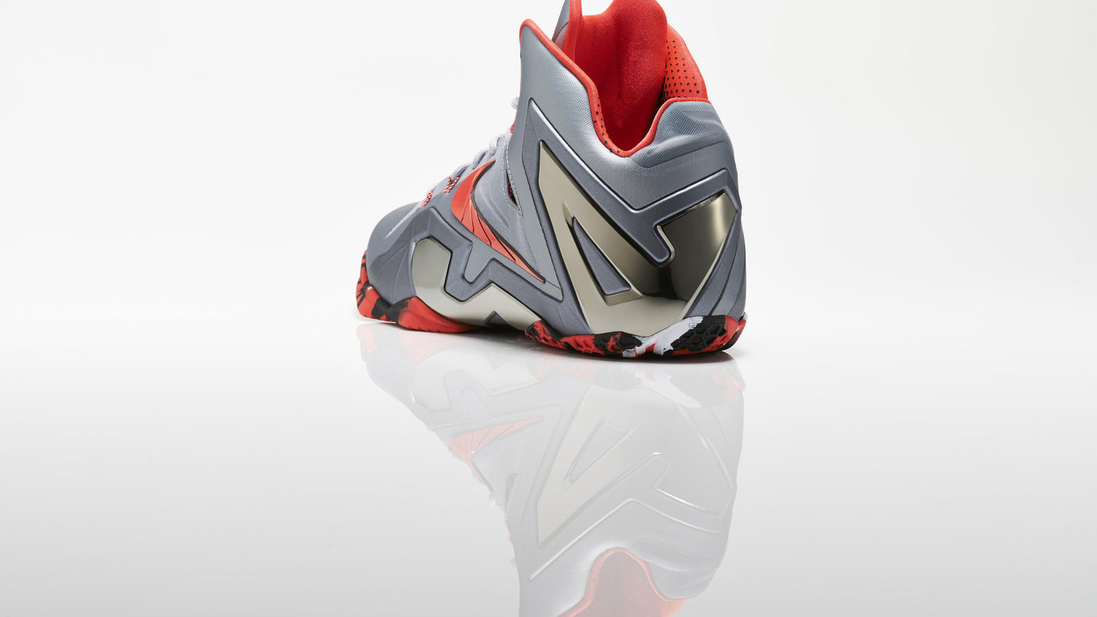 su14_bb_lebron11_elite_642846_001_return_3qtr_back_low_0207