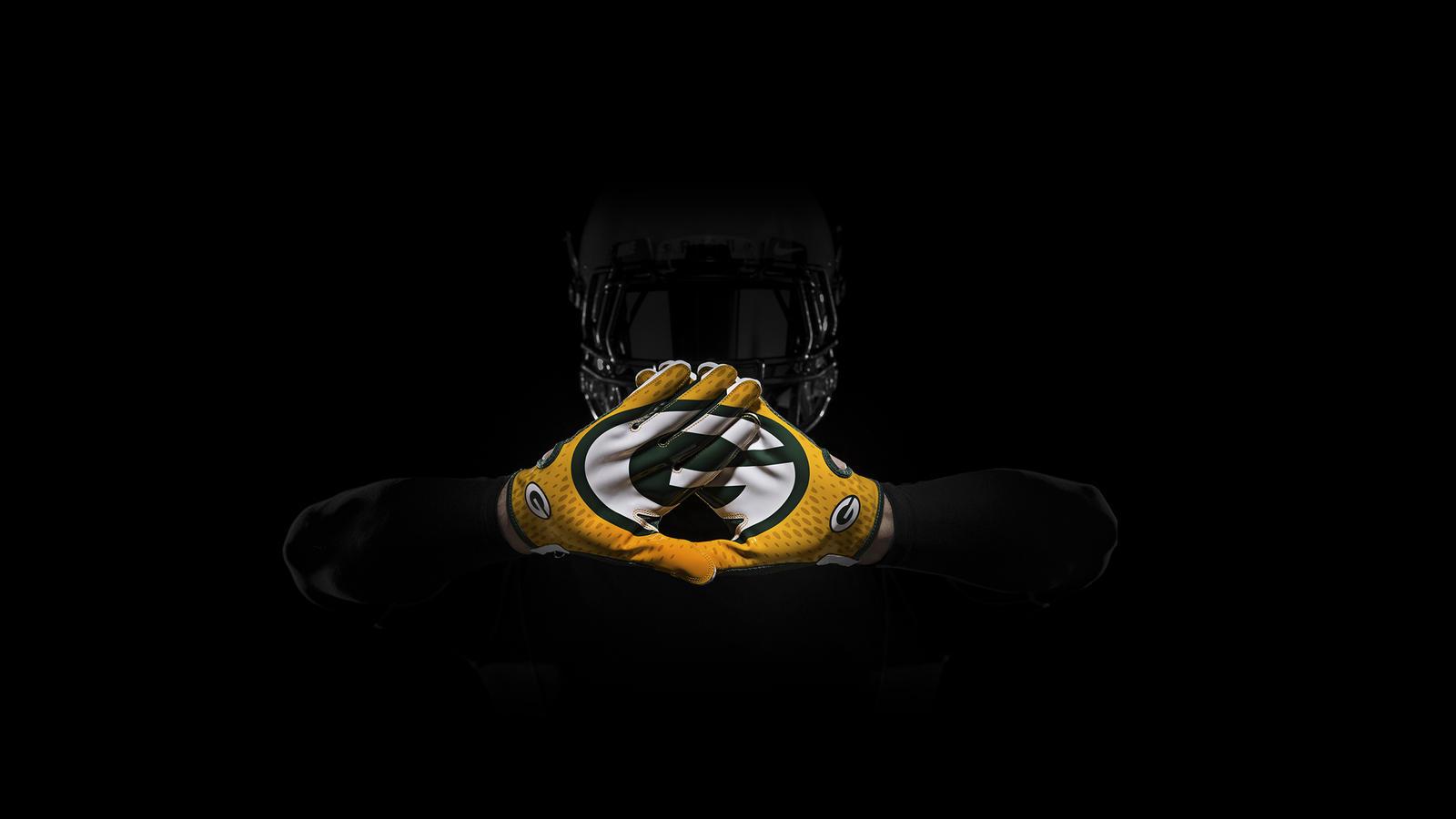 SP14_NFL_SB_TeamGloves_Hands_Greenbay