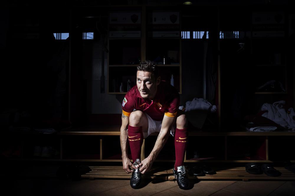 Uma lenda pede outra: Nike homenageia Totti com chuteira especial