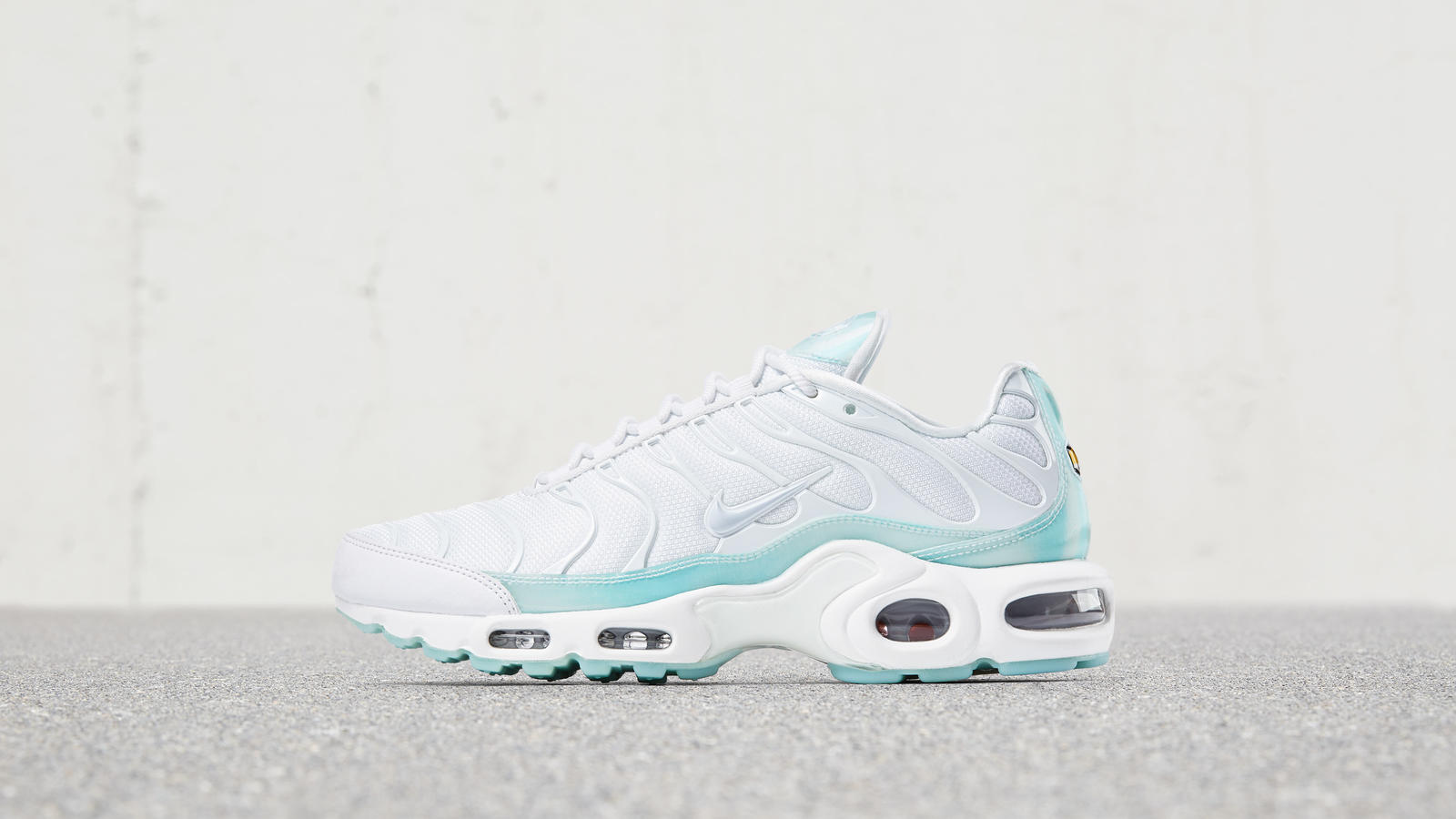 Air max plus holographic white 1 native 1600