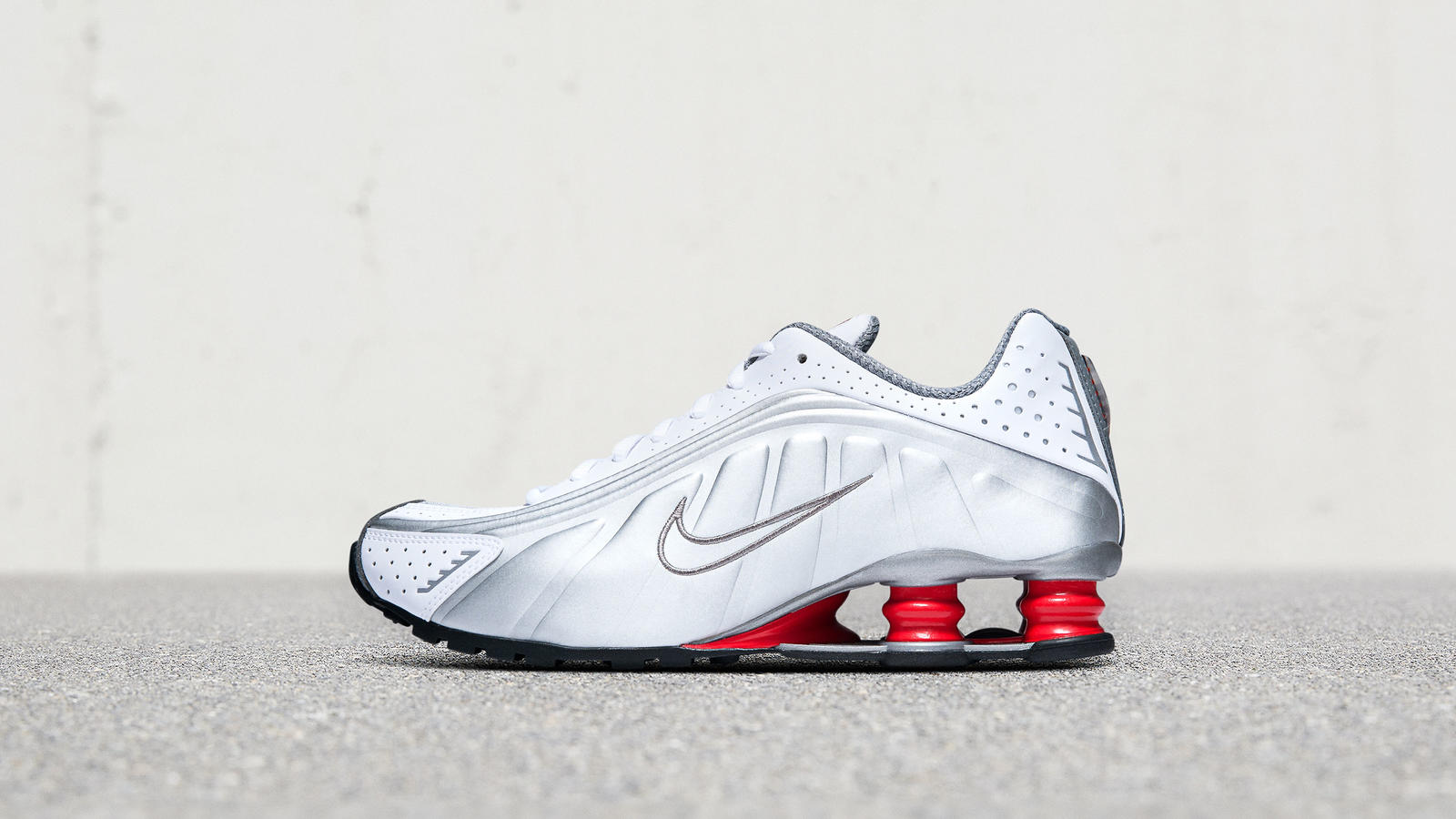 timeless design 65b6e 5d9e3 How to Get the Nike Shox R4 0