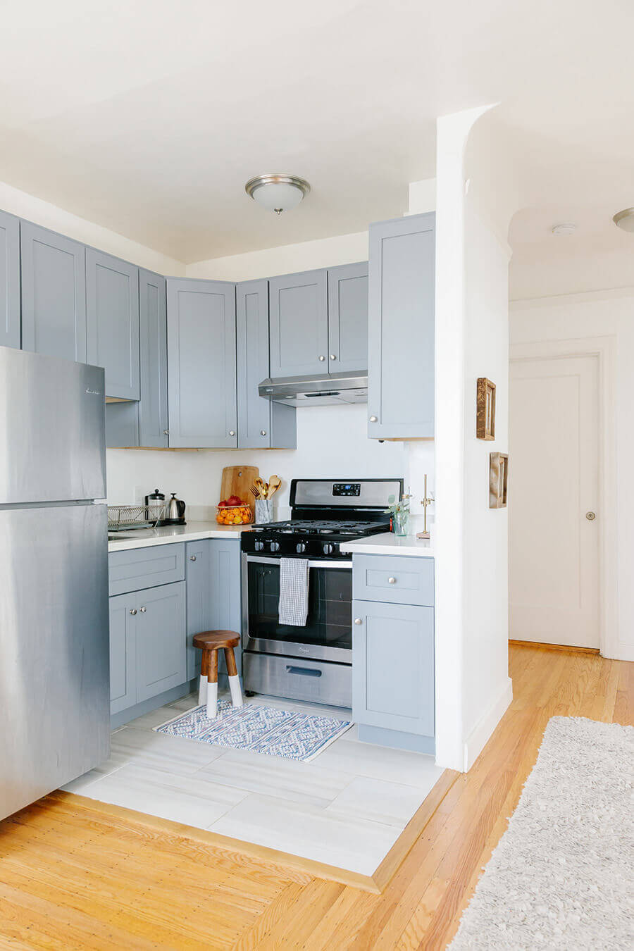 Nina-Cares-Home-Tour-Decoracao-Escandinava-cozinha-azul