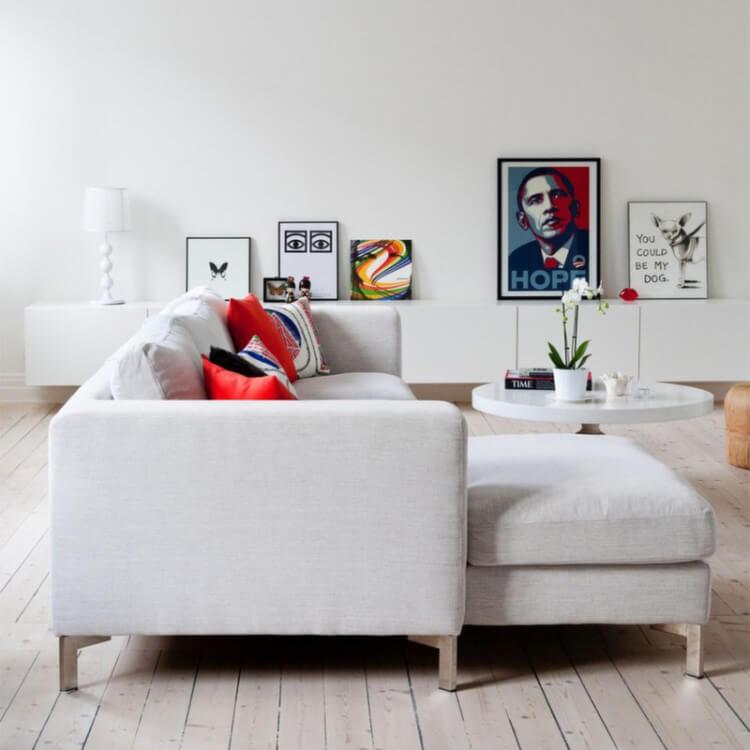 13-sala-branca-quadros-coloridos