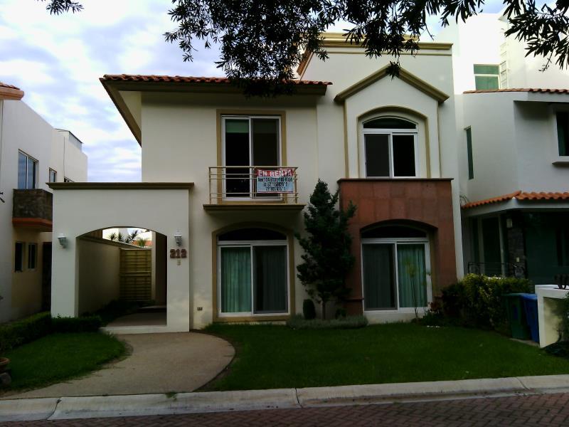 Casa en renta res san antonio de ayala irapuato for Casas en renta en irapuato