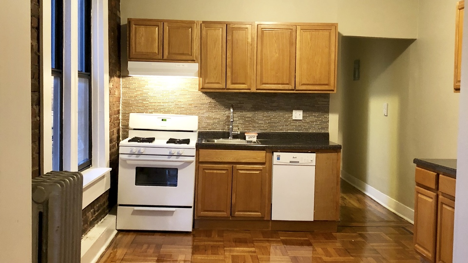 A $2,900.00, 3 bed / 1 bathroom apartment in PLG: Prospect Lefferts Gardens