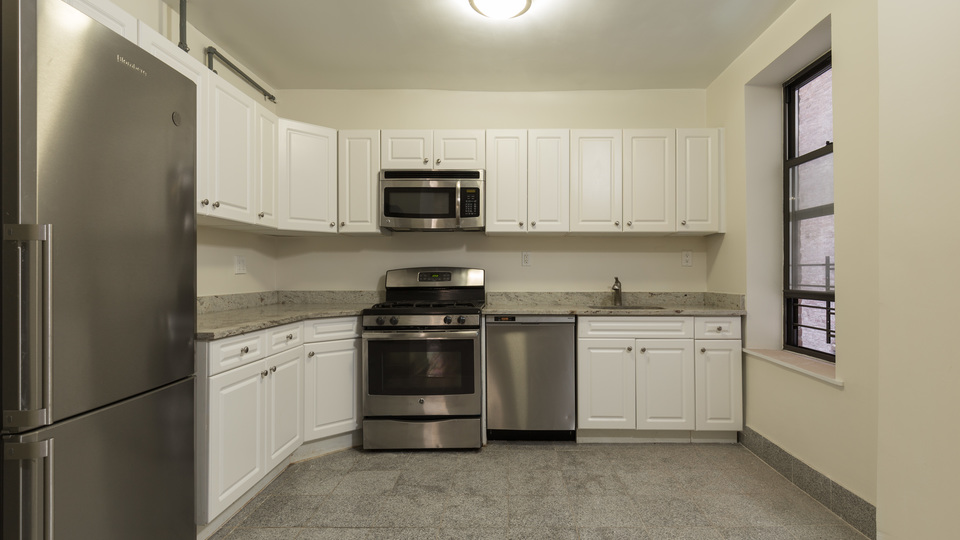 A $3,995.00, 4 bed / 1.5 bathroom apartment in Washington Heights