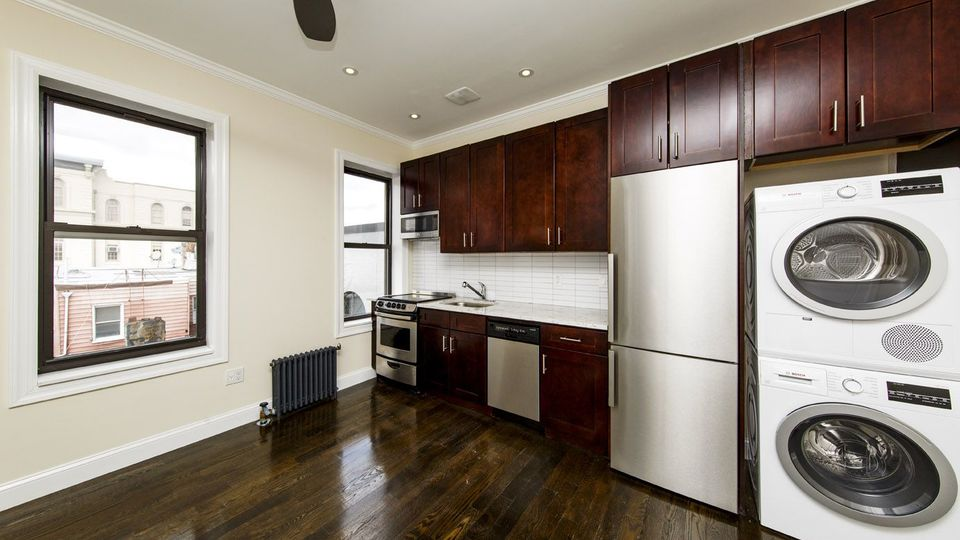 A $3,583.00, 3 bed / 1 bathroom apartment in Greenpoint