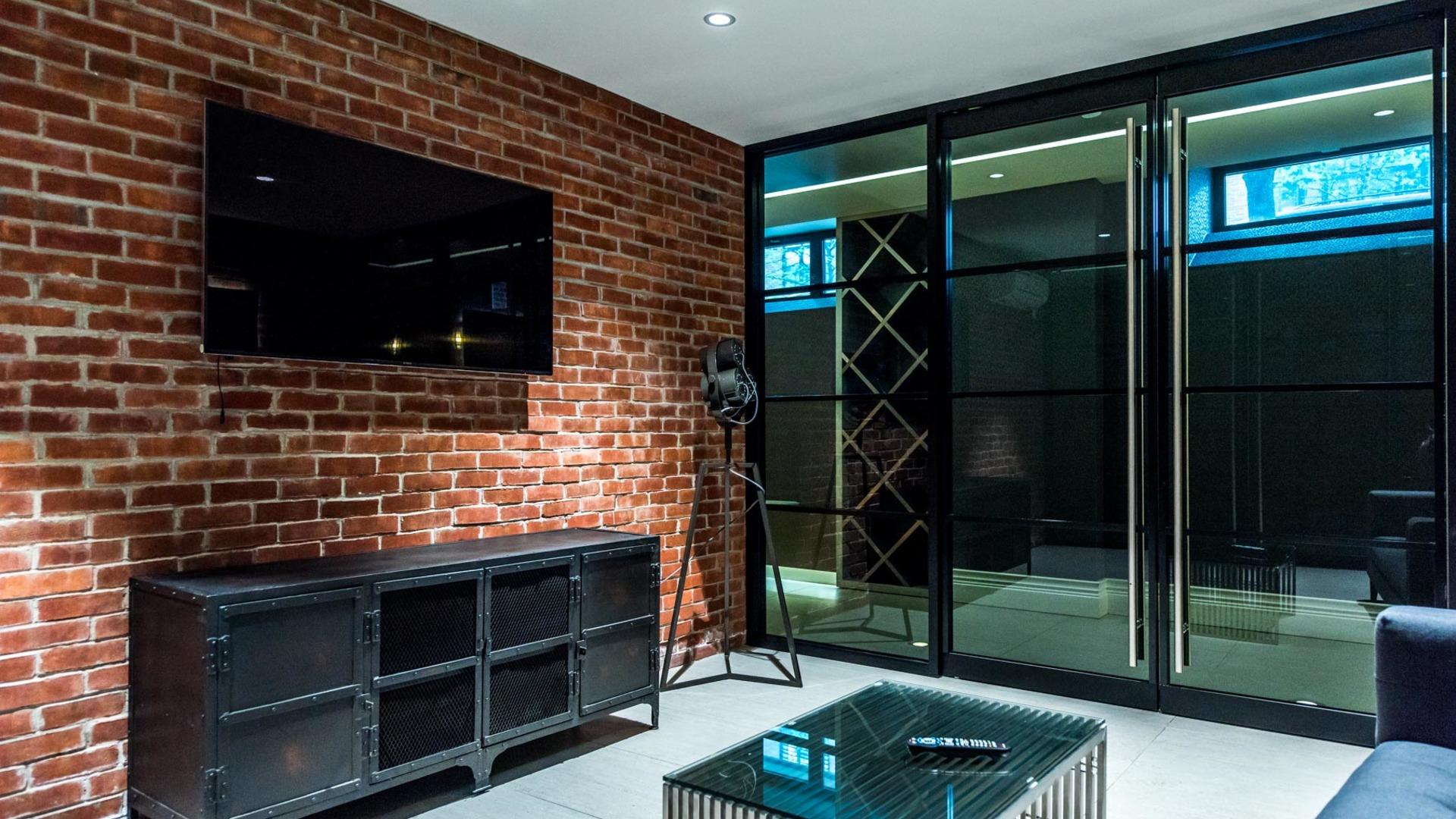 017 033 185 leonard street tv room 3