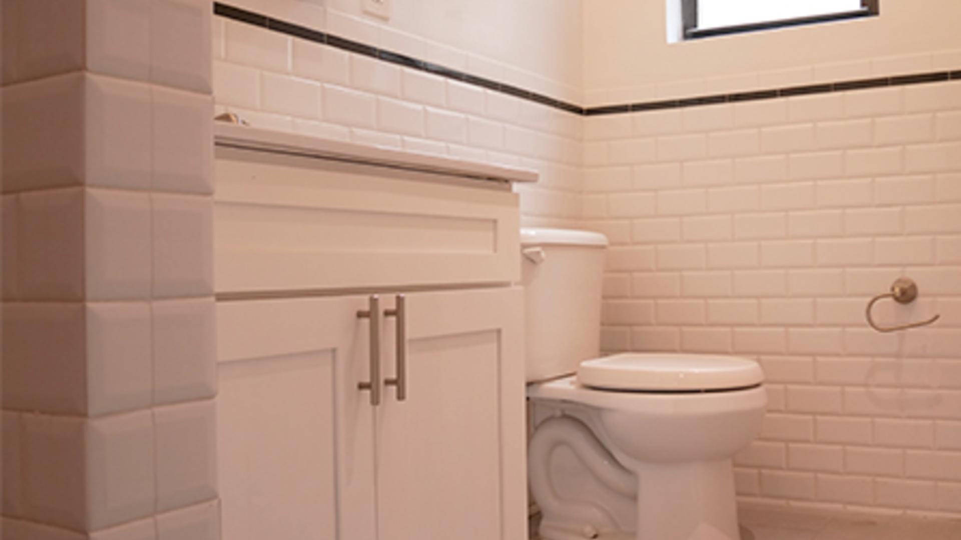 Def3baef 355 u38020 bathroom