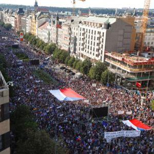 Tens of thousands rally to demand Czech premier resign
