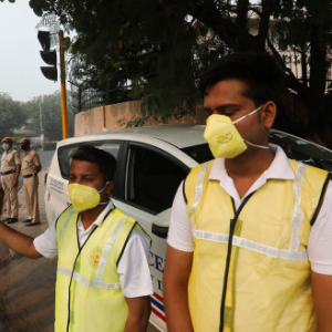 India's capital restricts cars as people choke in dirty air
