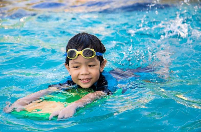 Cara Mengajari Anak Berenang yang Benar dan Aman