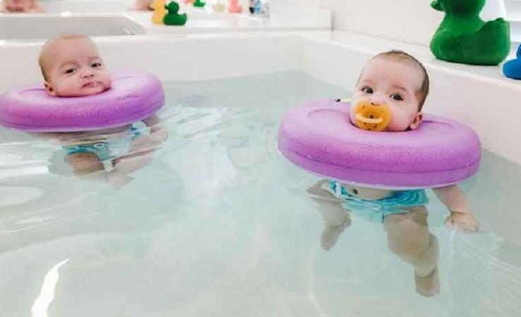 Tips dan Manfaat Mengajarkan Bayi 2 Bulan Berenang
