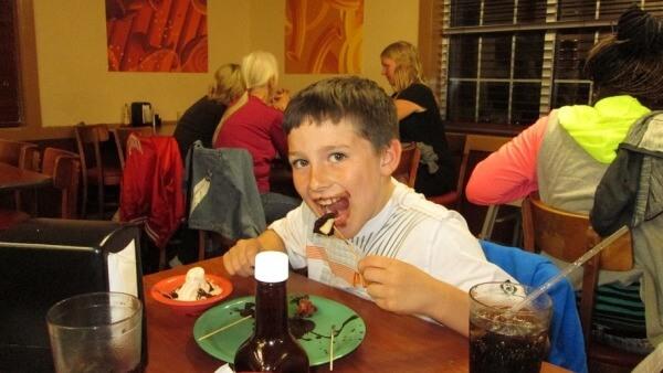 platos gratis a los niños si sus padres dejan el móvil al entrar