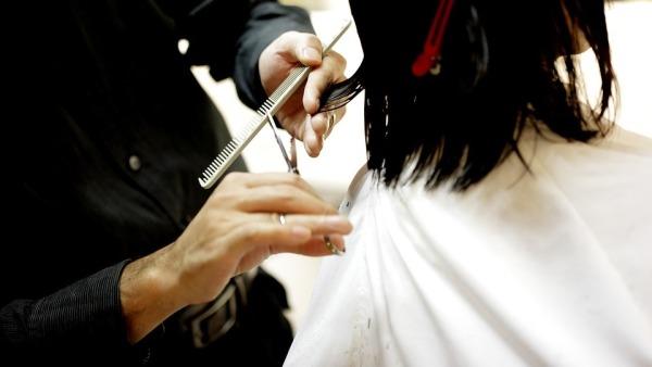 fue detenida maestra por cortar el cabello de los alumnos