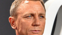 James Bond  sufre alcoholismo crónico