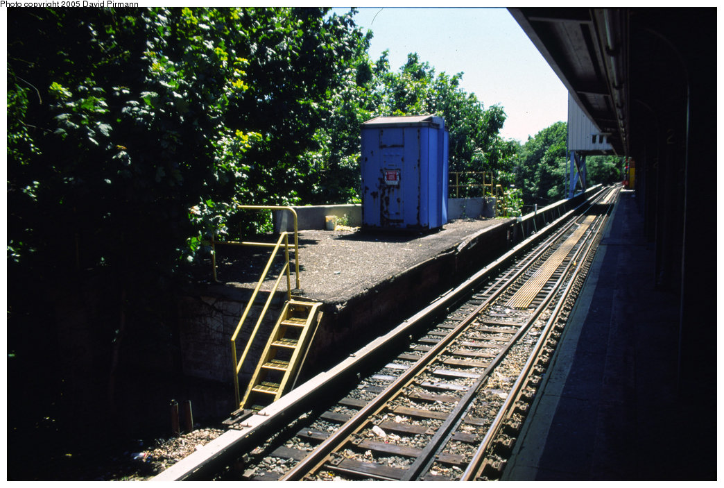 (237k, 1044x703)<br><b>Country:</b> United States<br><b>City:</b> New York<br><b>System:</b> New York City Transit<br><b>Line:</b> IRT Dyre Ave. Line<br><b>Location:</b> Dyre Avenue <br><b>Photo by:</b> David Pirmann<br><b>Date:</b> 8/1/1998<br><b>Viewed (this week/total):</b> 2 / 4660
