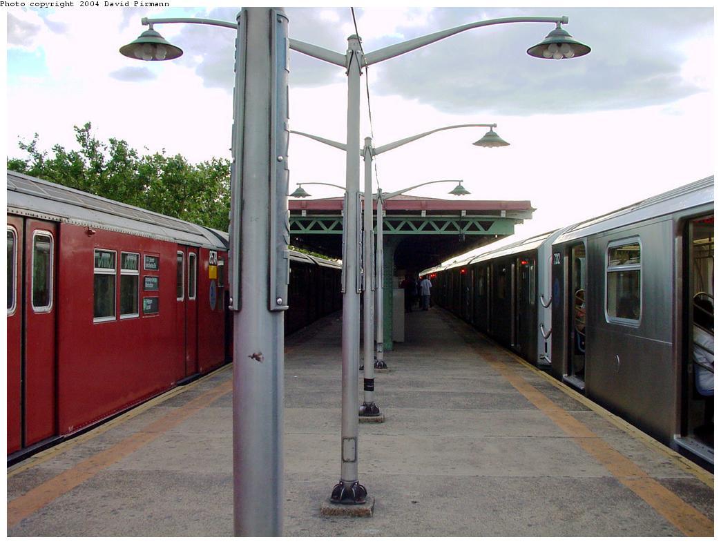 (119k, 1044x788)<br><b>Country:</b> United States<br><b>City:</b> New York<br><b>System:</b> New York City Transit<br><b>Line:</b> IRT Pelham Line<br><b>Location:</b> East 177th Street/Parkchester <br><b>Route:</b> 6<br><b>Photo by:</b> David Pirmann<br><b>Date:</b> 7/11/2000<br><b>Viewed (this week/total):</b> 1 / 3387
