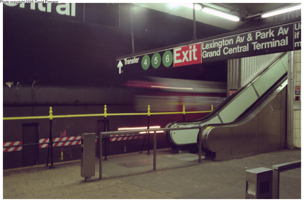 (153k, 1044x695)<br><b>Country:</b> United States<br><b>City:</b> New York<br><b>System:</b> New York City Transit<br><b>Line:</b> IRT Flushing Line<br><b>Location:</b> Grand Central <br><b>Route:</b> 7<br><b>Photo by:</b> David Pirmann<br><b>Date:</b> 12/16/1995<br><b>Notes:</b> Flushing-bound train<br><b>Viewed (this week/total):</b> 1 / 4020