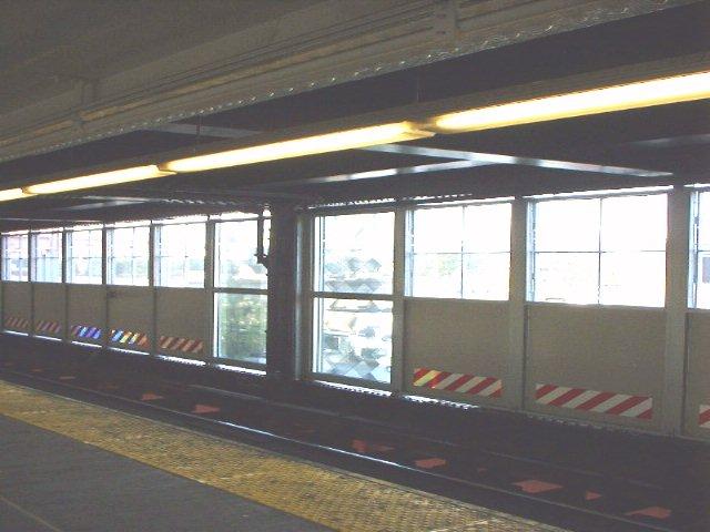 (52k, 640x480)<br><b>Country:</b> United States<br><b>City:</b> New York<br><b>System:</b> New York City Transit<br><b>Line:</b> IRT Flushing Line<br><b>Location:</b> Queensborough Plaza <br><b>Photo by:</b> Peggy Darlington<br><b>Date:</b> 2000<br><b>Viewed (this week/total):</b> 0 / 2296