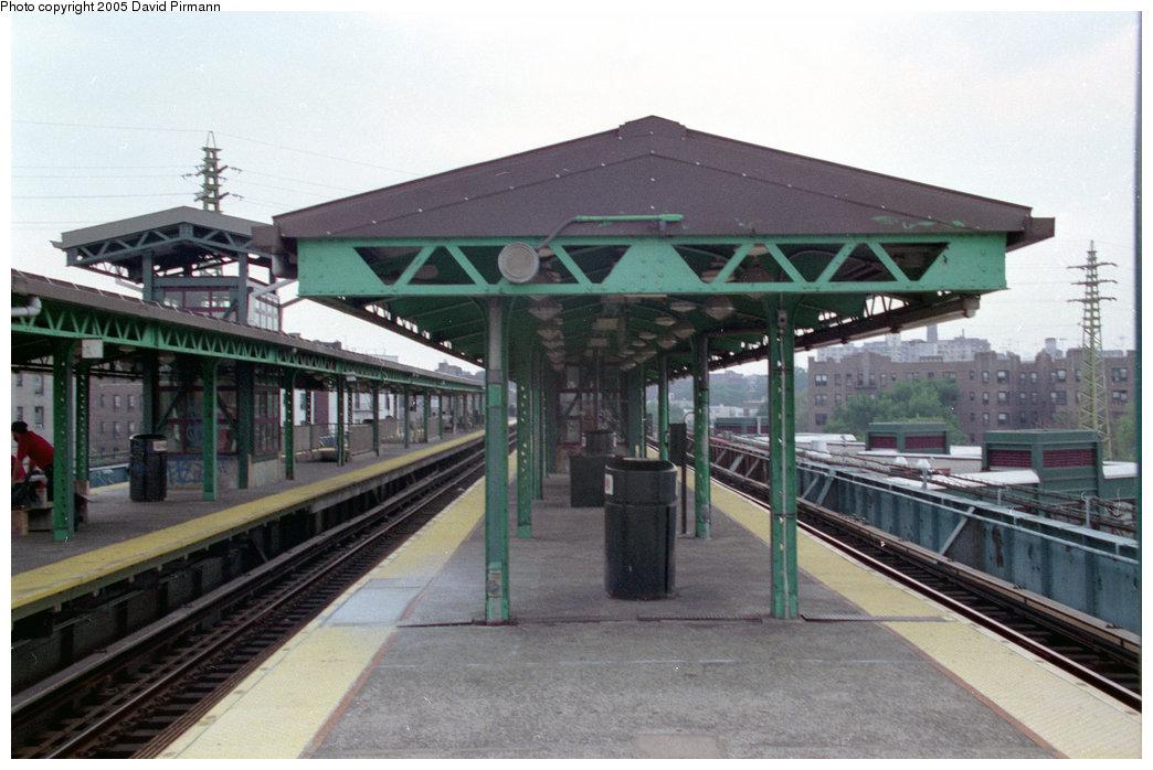 (184k, 1044x698)<br><b>Country:</b> United States<br><b>City:</b> New York<br><b>System:</b> New York City Transit<br><b>Line:</b> IRT Flushing Line<br><b>Location:</b> 61st Street/Woodside <br><b>Route:</b> 7<br><b>Photo by:</b> David Pirmann<br><b>Date:</b> 7/29/1998<br><b>Viewed (this week/total):</b> 3 / 4660