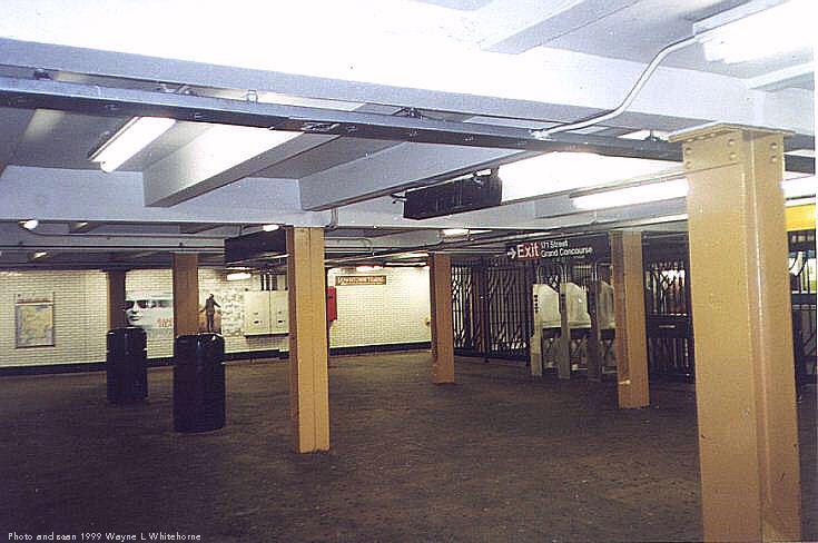 (63k, 735x488)<br><b>Country:</b> United States<br><b>City:</b> New York<br><b>System:</b> New York City Transit<br><b>Line:</b> IND Concourse Line<br><b>Location:</b> 170th Street <br><b>Photo by:</b> Wayne Whitehorne<br><b>Date:</b> 9/24/1999<br><b>Notes:</b> Mezzanine<br><b>Viewed (this week/total):</b> 3 / 3950